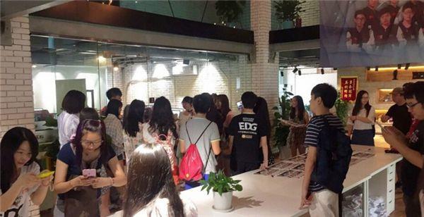 EDG基地办活动:选手和粉丝互动送礼